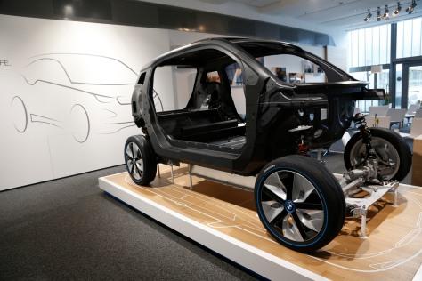 De basis van de auto bestaat uit een aluminium onderstel en een passagiersgedeelte van met koolstofvezel versterkt kunststof