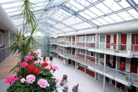 Het seniorencomplex aan het Durghorstplantsoheeft een duurzame installatie van 80 vierkante meter zonnecollectoren en een (gesloten) WKO-systeem.